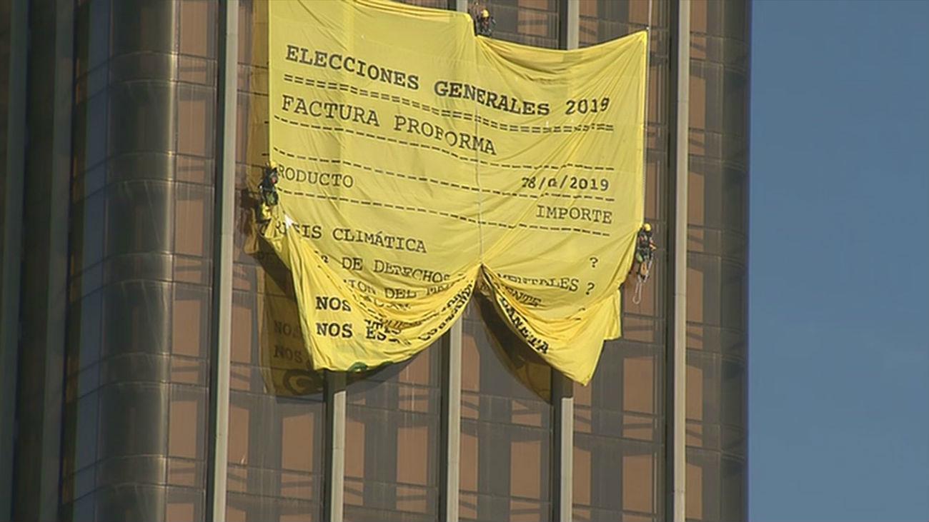 Activistas de Greenpeace se cuelgan de Colón para denunciar el coste de las elecciones