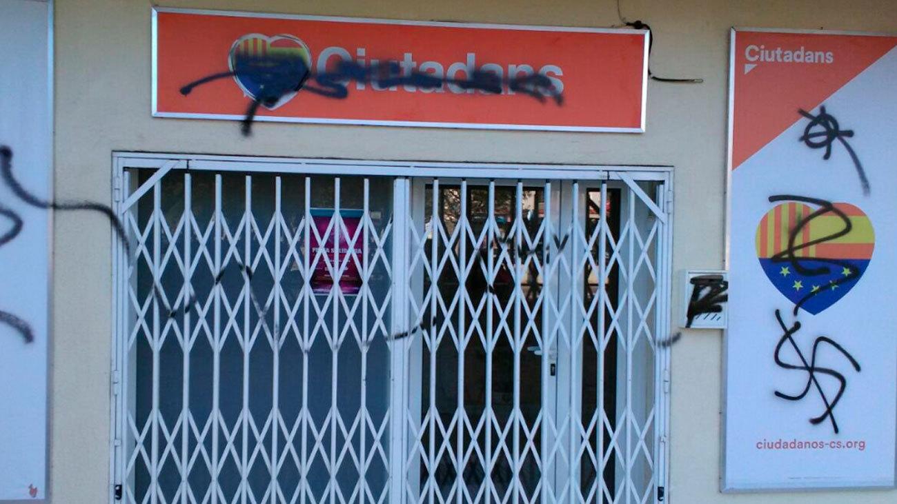 """Ciudadanos denuncia un """"ataque fascista"""" con pintadas en su sede de Calafell"""