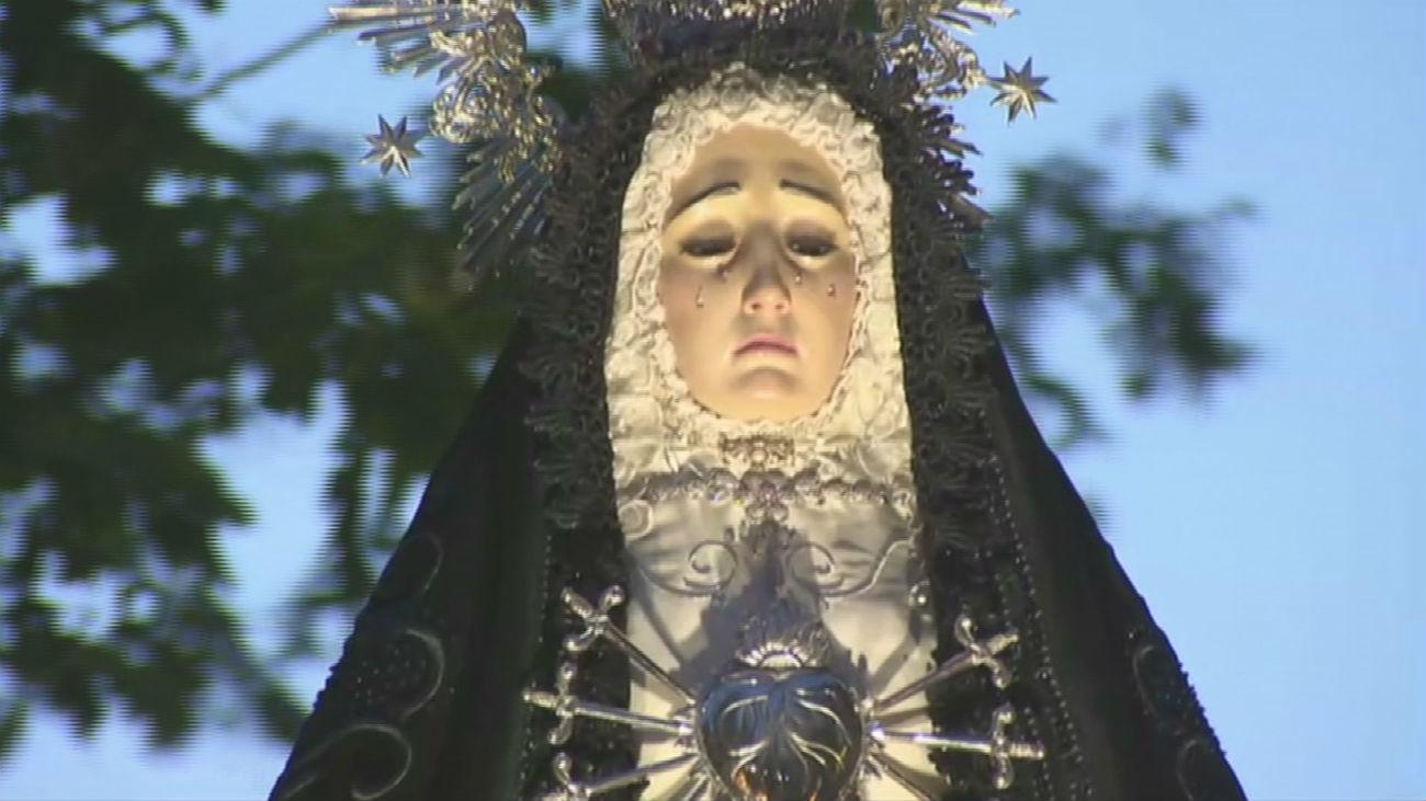 Emotiva entrada de la Virgen de la Soledad a la Iglesia de la Asunción de Parla