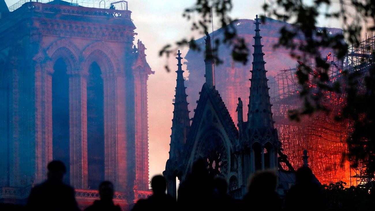 Un aparatoso incendio devora la catedral de Notre Dame de París