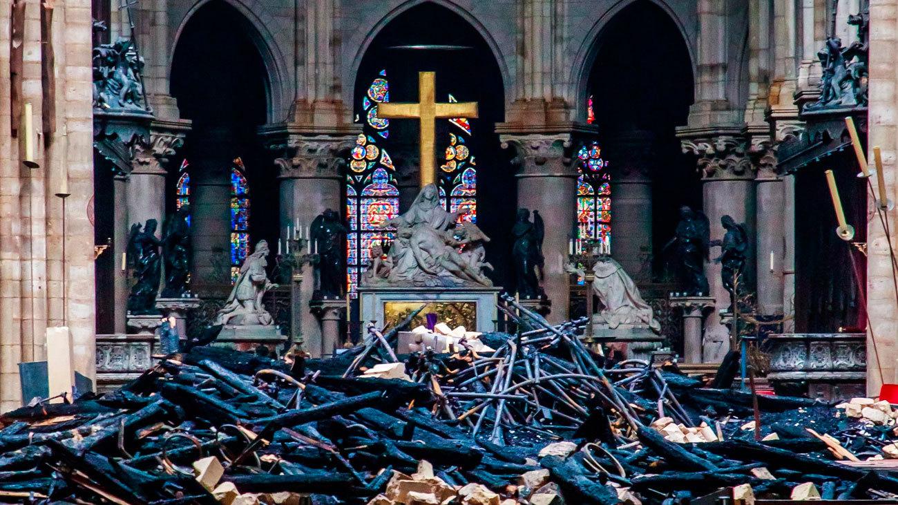 Imagen del interior de Notre Dame de París la mañana posterior al incendio