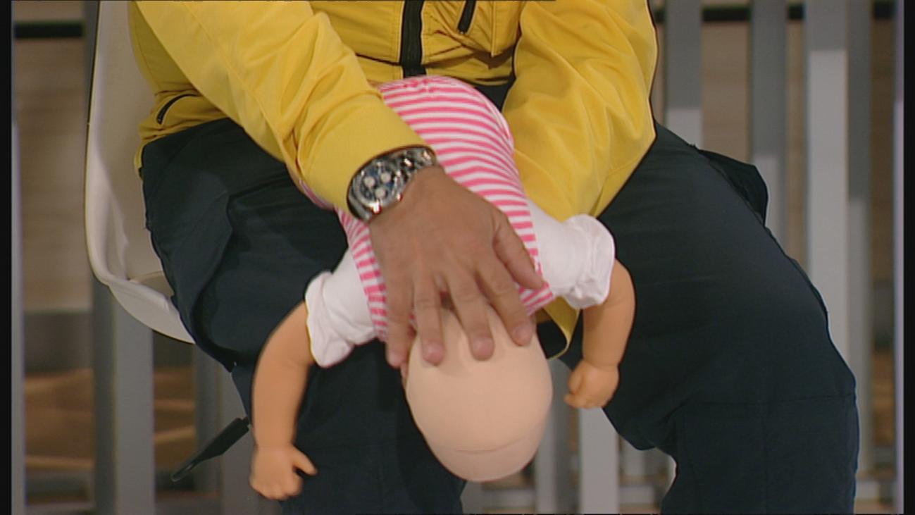 El Samur muestra cómo actuar con niños que se atragantan