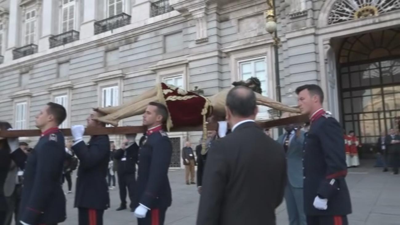 Así han trasladado al Cristo de Alabarderos hasta el Palacio Real