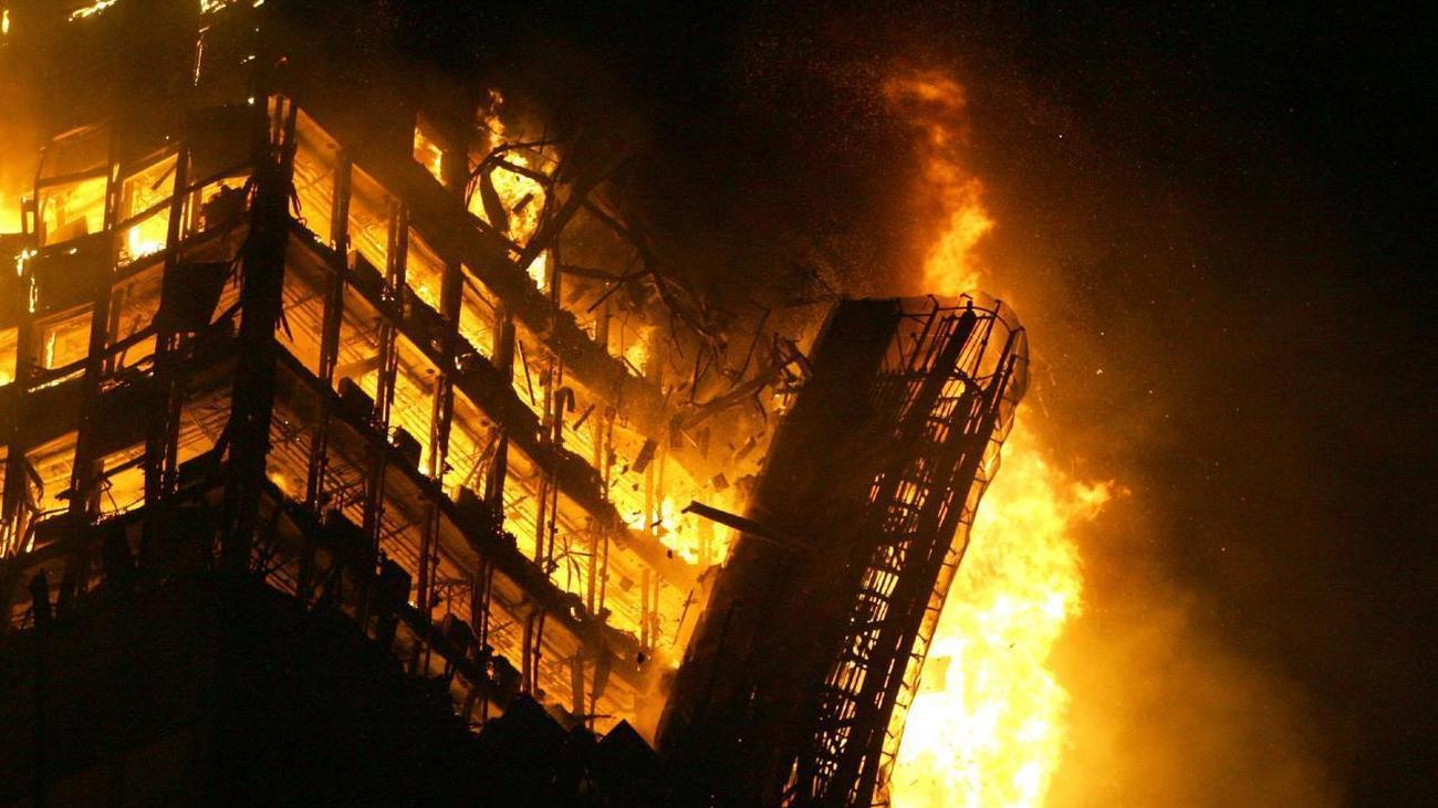 2005. La Torre Windsor se consume entre las llamas