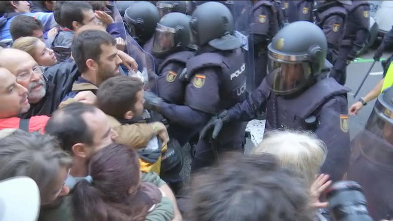 """Un policía de 1-O afirma que le daban patadas mientras decían """"Somos gente de paz"""""""