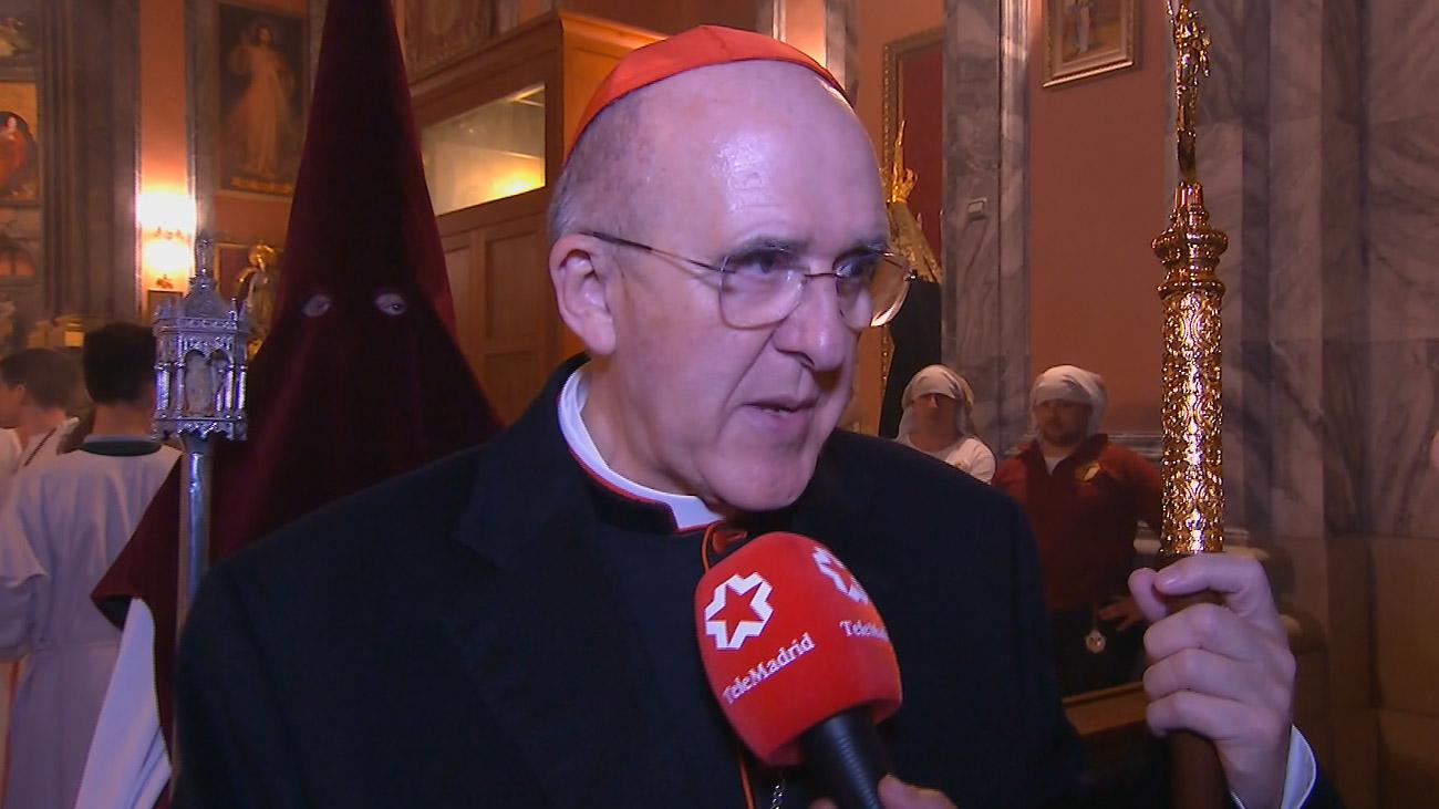El arzobispo de Madrid, Carlos Osoro, bendice la salida de las Tres Caídas
