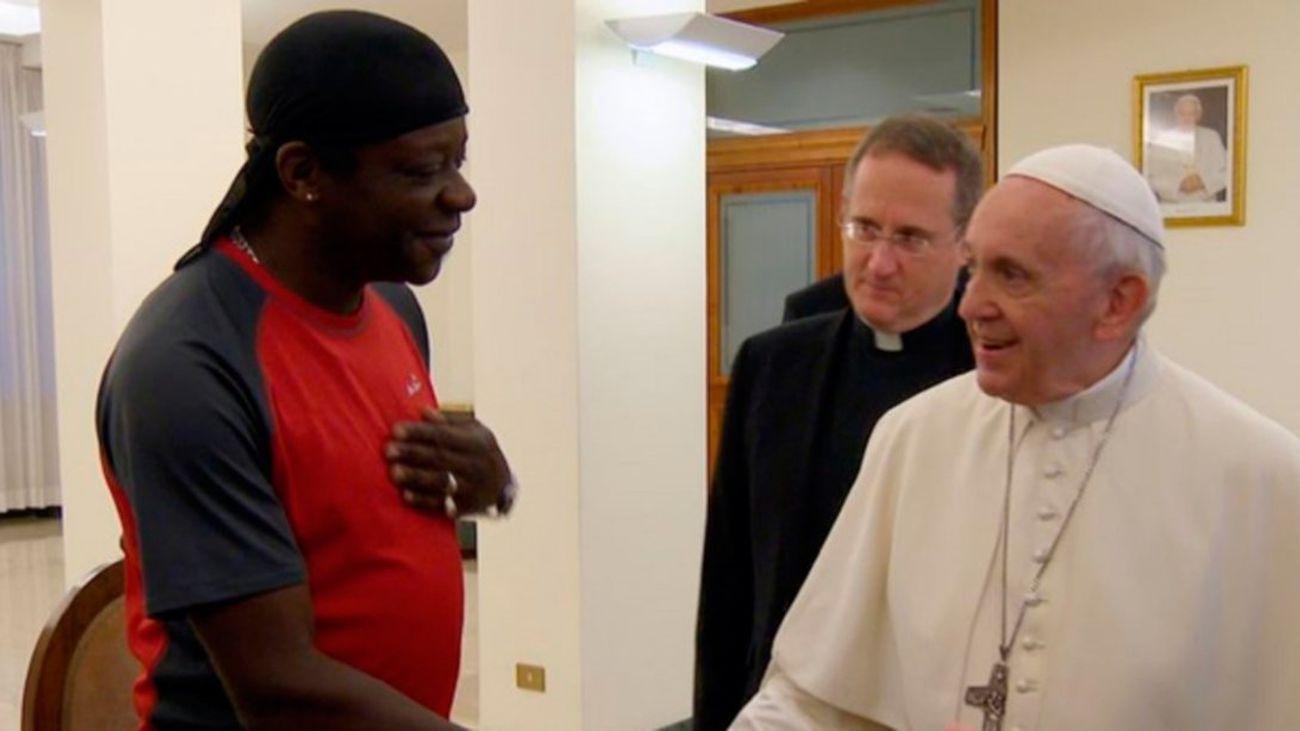 El humorista Stephen K. Amos, gay y ateo, saluda al papa Francisco