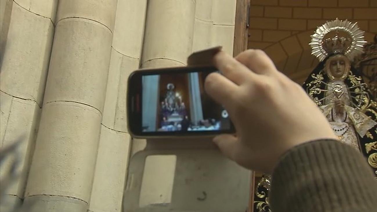 La lluvia no evita que la la Virgen de los Siete Dolores asome a Atocha