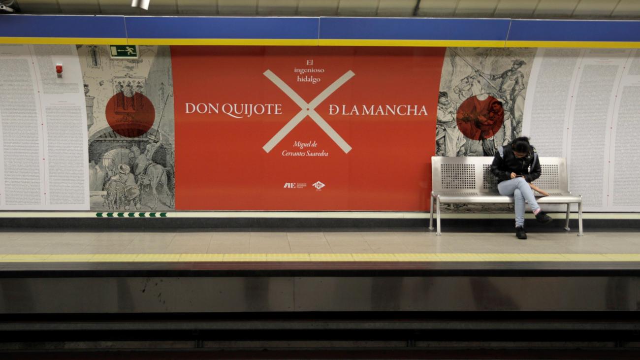 'El Quijote' ya puede leerse en las paredes del metro de Madrid
