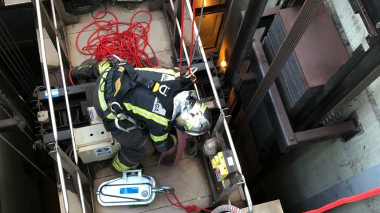 Tareas de rescate de los bomberos de Fuenlabrada
