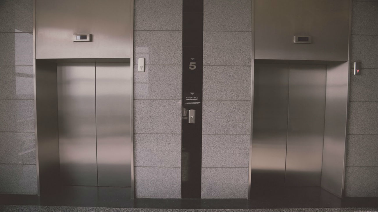 Esto es lo que no debes hacer si te quedas atrapado en un ascensor