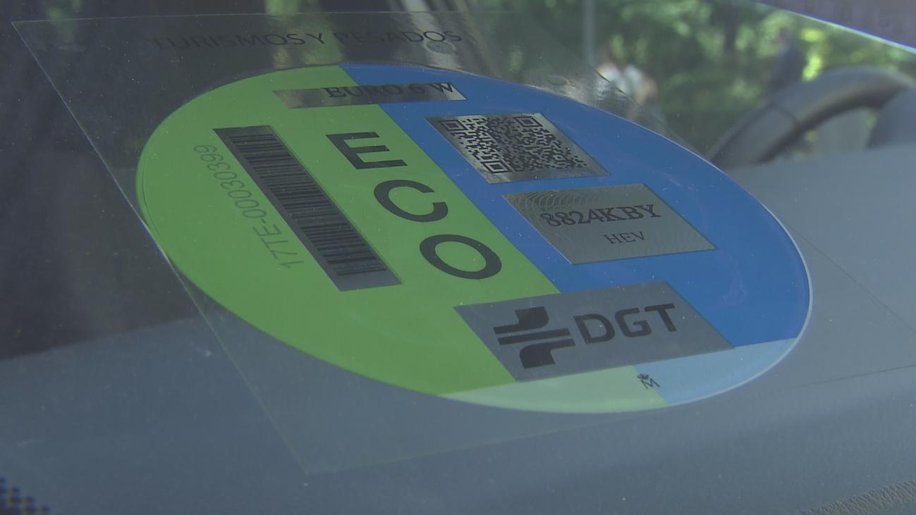 Madrid multa ya con 15 euros no llevar la pegatina de la DGT