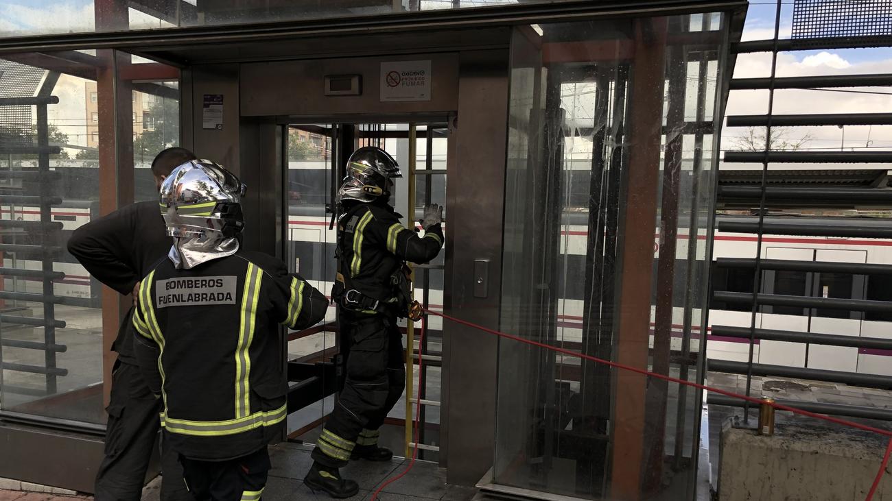 Así rescataron en Fuenlabrada a seis personas atrapadas en un ascensor del Cercanías