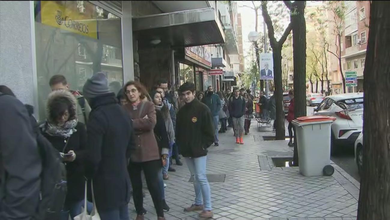 Largas colas en Correos en Madrid para votar en las elecciones del 28-A