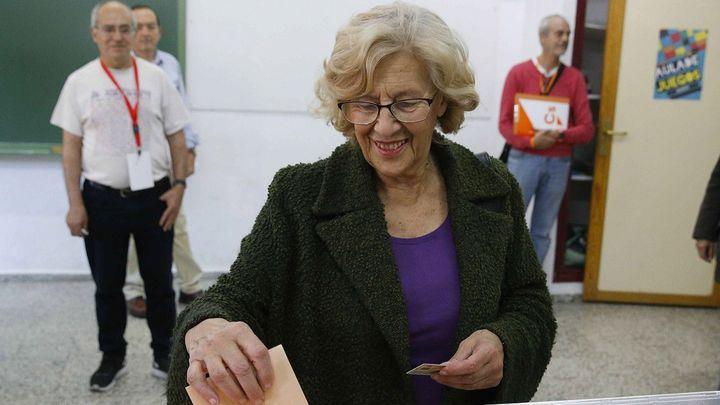 Manuela Carmena vota en el IES Conde Orgaz