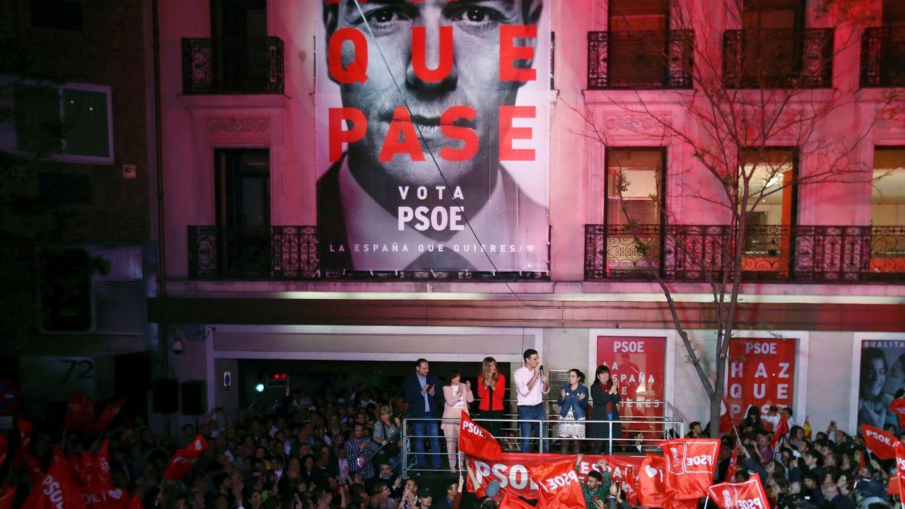 Pedro Sánchez celebra la victoria socialista en Ferraz