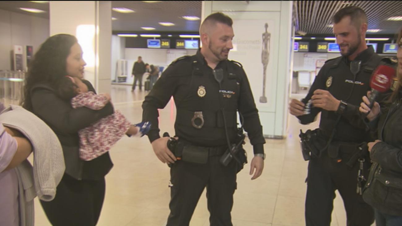 Dos policías salvan a una bebé de morir atragantada en Madrid en plena calle