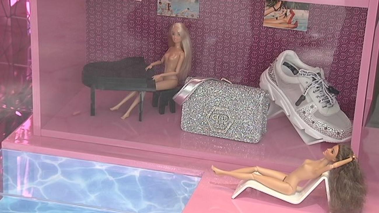 Barbies desnudas sugieren un prostíbulo en un escaparate de una tienda de ropa