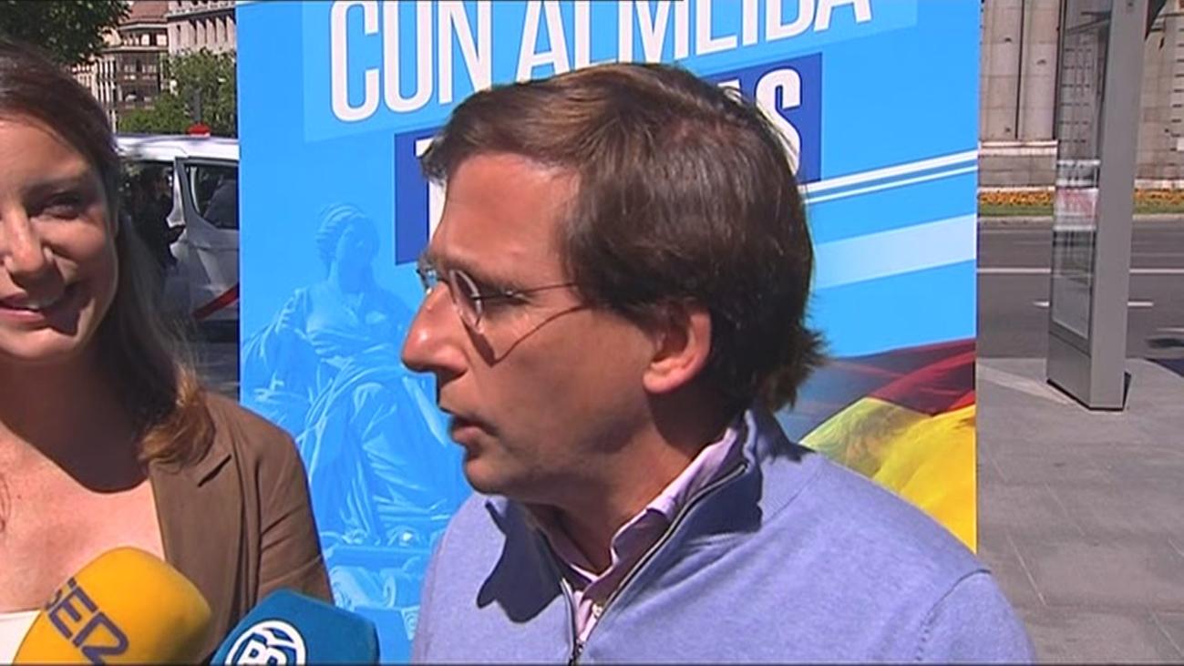 Almeida estudia acciones jurídicas por los carteles en balcones de Más Madrid