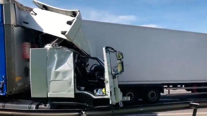 Herido grave tras colisionar 2 camiones en la A-2 a la altura de Torrejón de Ardoz