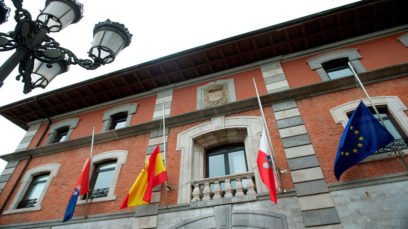 Banderas a media asta en el Ayuntamiento de  Medio Cudeyo
