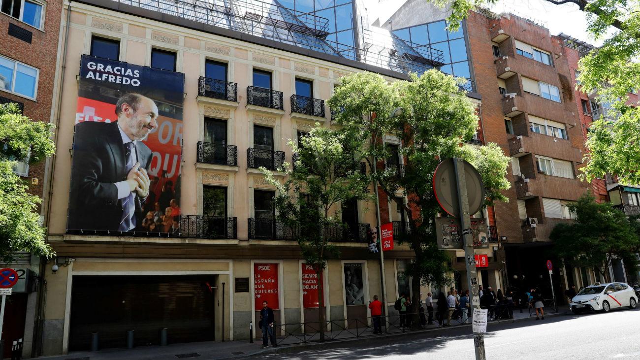 El PSOE despliega una pancarta con la imagen de Rubalcaba en la fachada