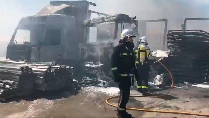 Arden por completo 15 vehículos en un incendio en un polígono de Loeches