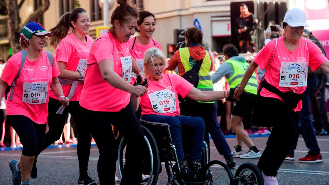 Una 'marea rosa' de 36.000 mujeres toman las calles de Madrid