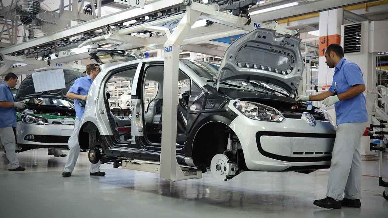 Trabajadores en una fábrica de Wolkswagen
