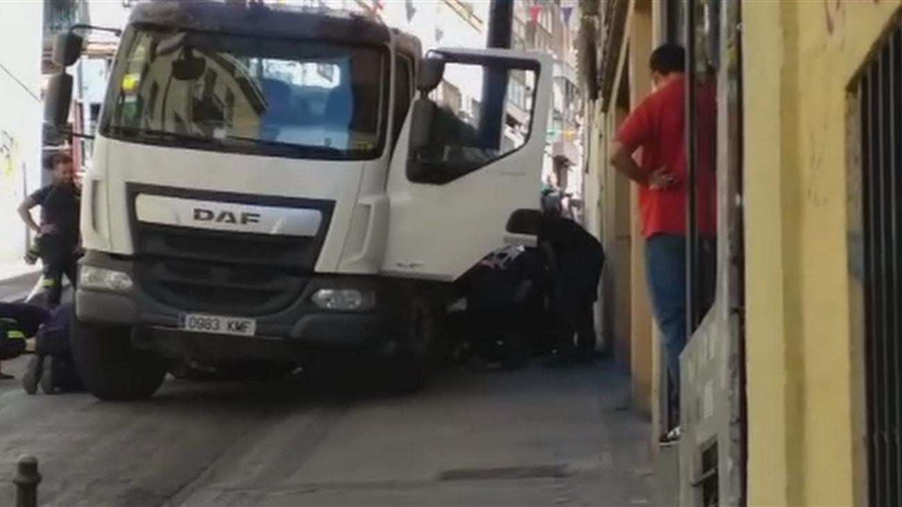 Un socavón se traga un camión en Lavapiés