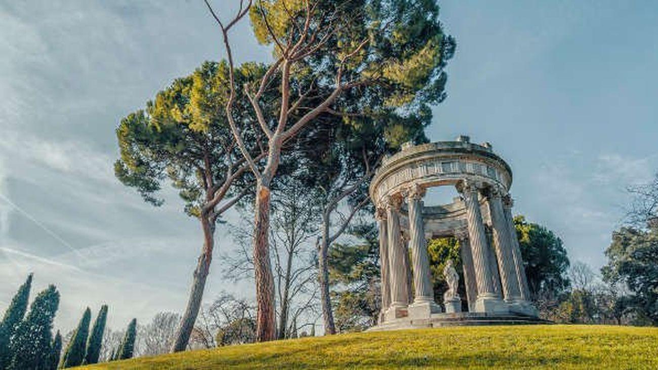 Parque del capricho: Situado en Alameda de Osuna, es uno de los parques más bellos y más desconocidos, sobre todo el búnker de la Guerra Civil que se encuentra en su interior.