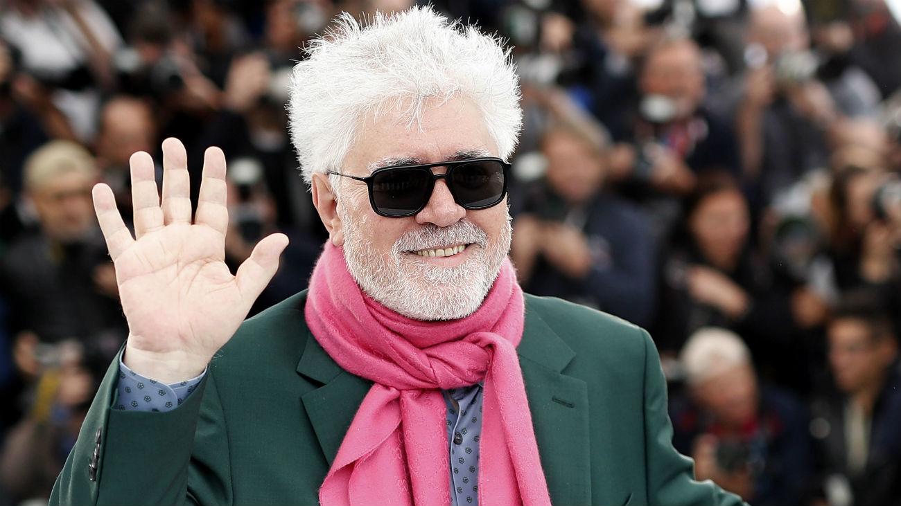 Almodóvar se deja llevar en Cannes por la emoción, los recuerdos y los besos
