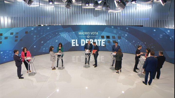 Los candidatos autonómicos, junto a sus asesores antes del debate en Telemadrid