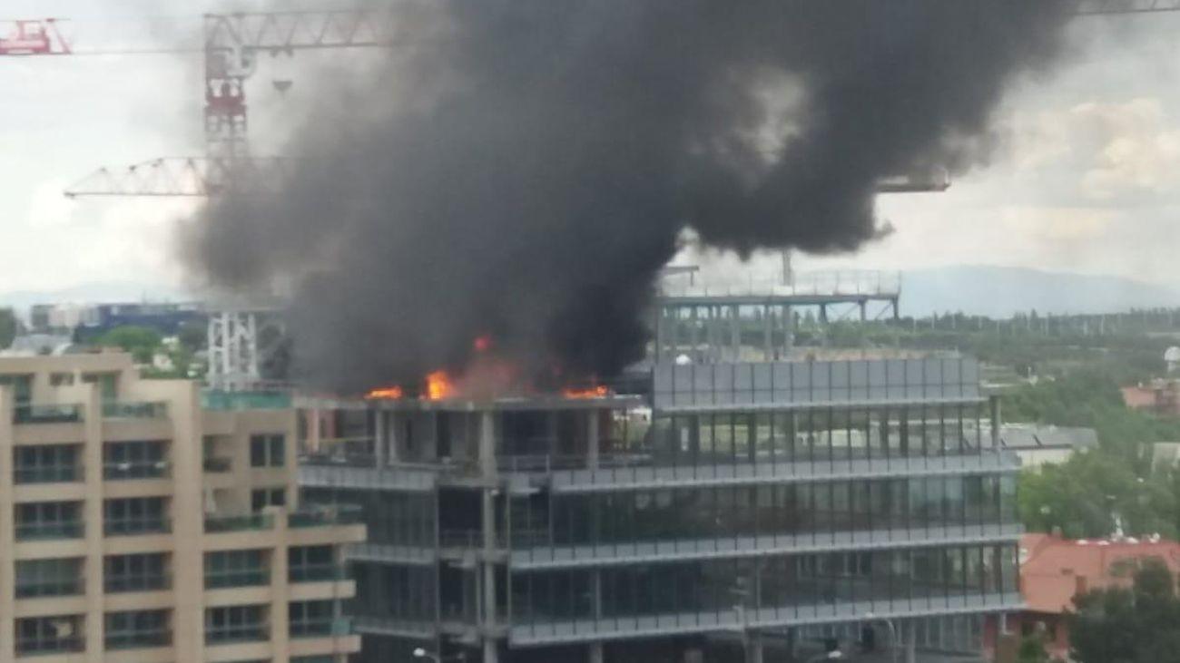 Gran incendio en un edificio de San Blas, con una columna de humo visible a kilómetros de distancia