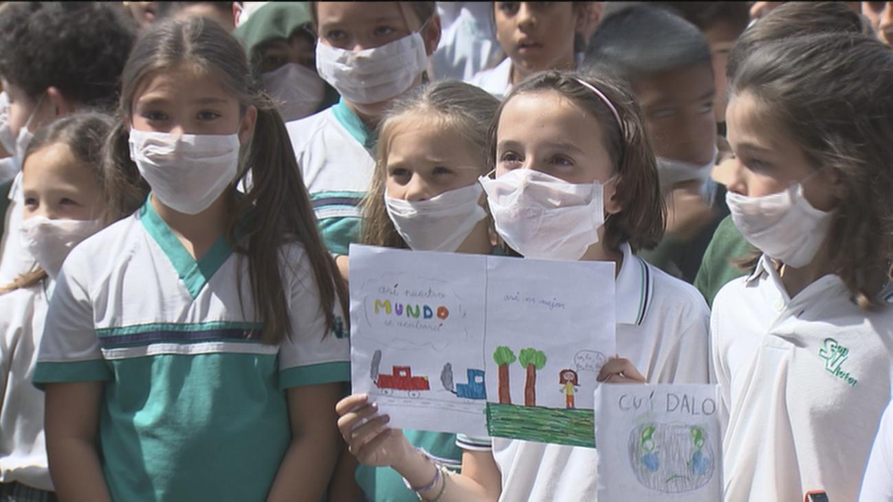 Mascarillas contra la contaminación en el colegio San Viator de Madrid