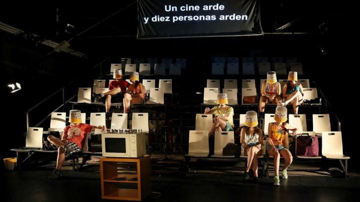 'Un cine arde y diez personas arden', teatro con el público en el escenario
