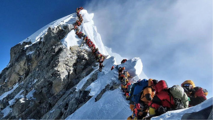 Atasco en la cima del Everest con más de 200 montañeros en una sola jornada