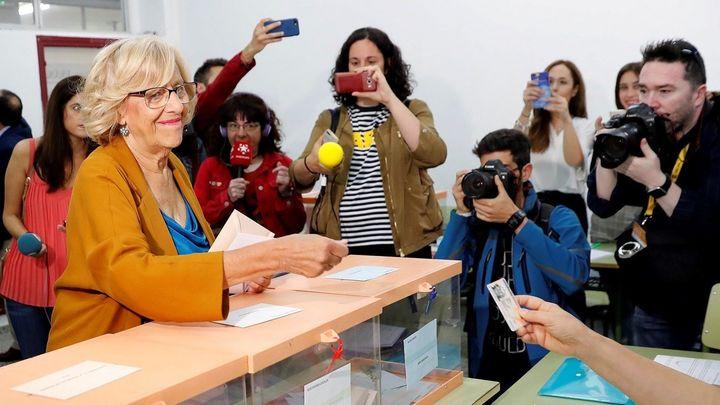 Carmena introduce su voto en la urna