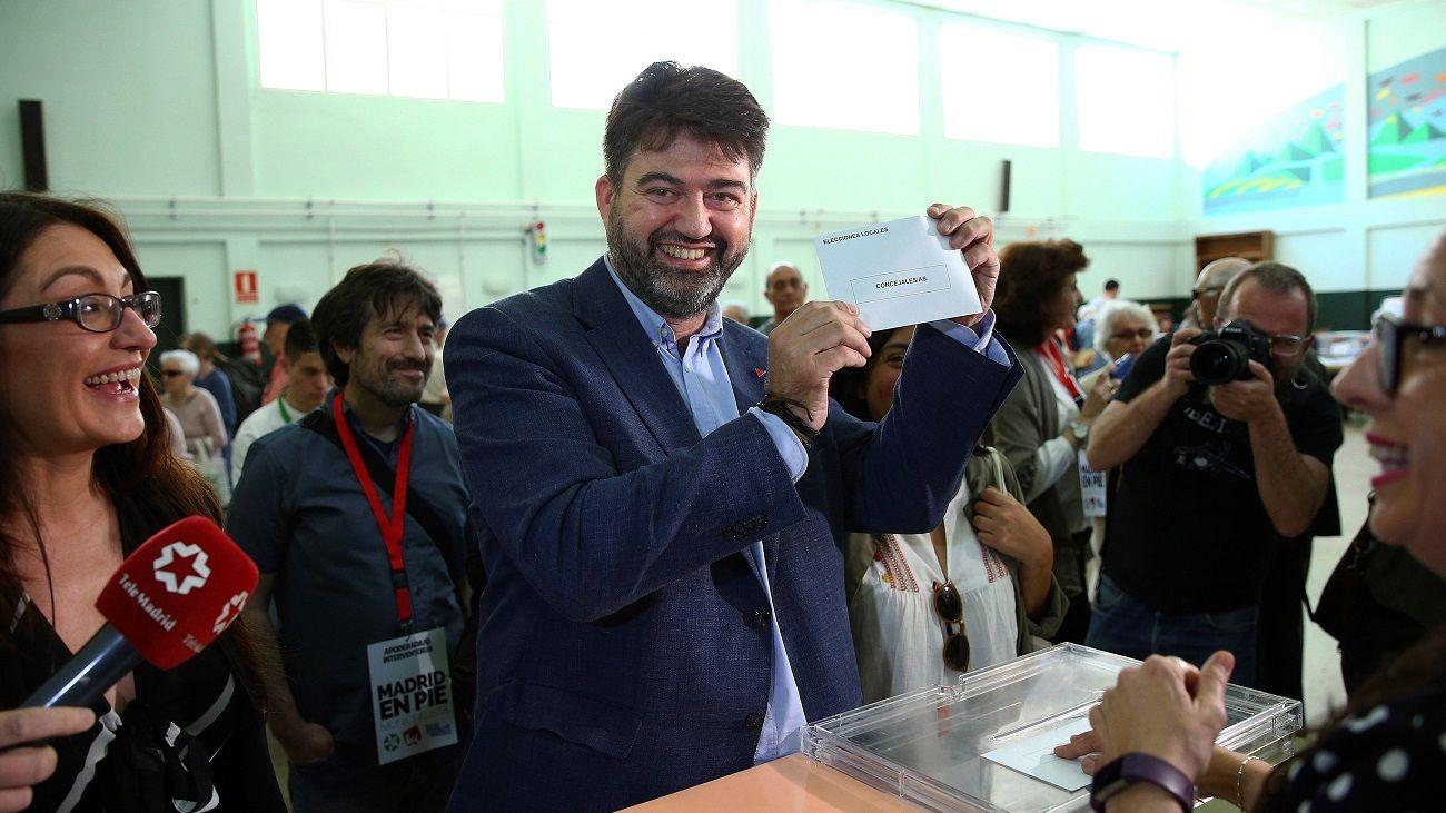 Sánchez Mato sonríe mientras muestra el sobre con su papeleta