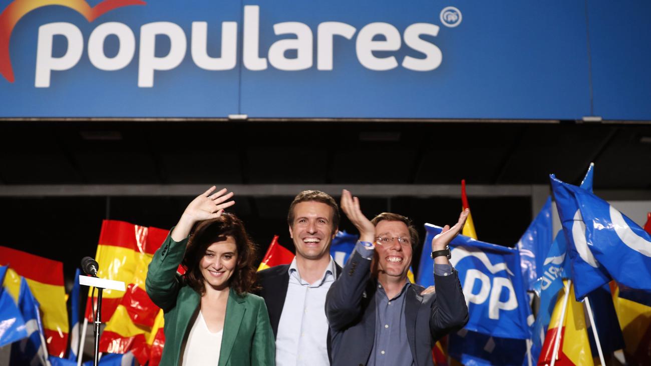 Martínez Almeida y Díaz Ayuso, eufóricos en la fiesta sorpresa del PP en la calle Génova