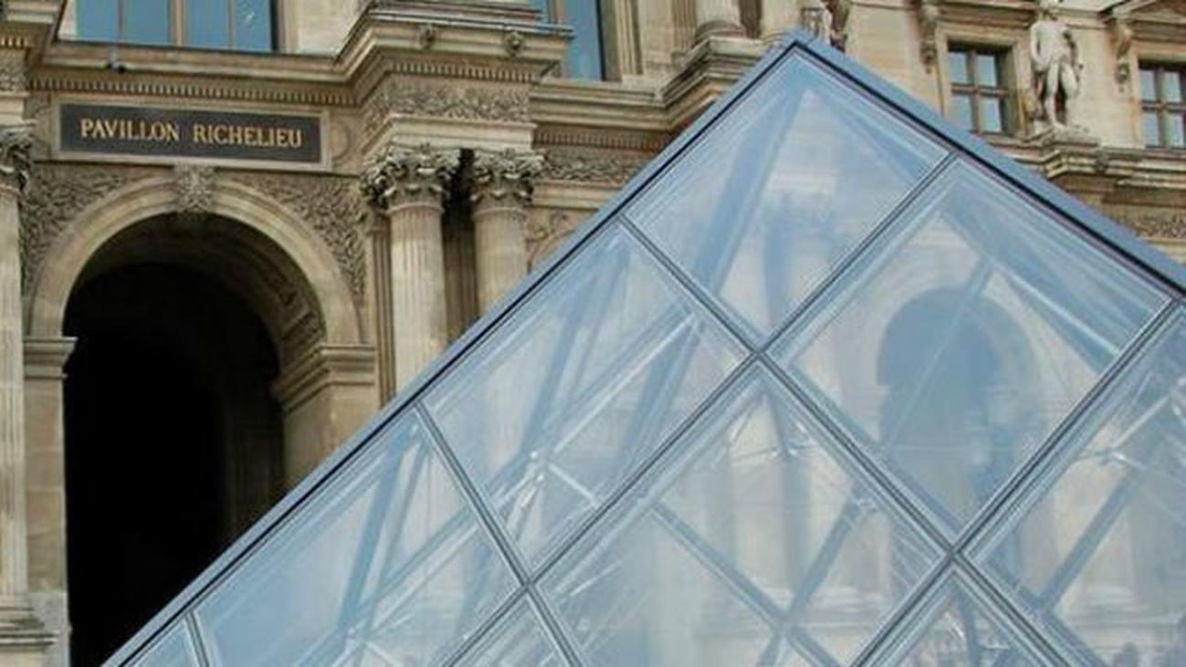 El Louvre cierra, la masificación extenúa al personal de seguridad