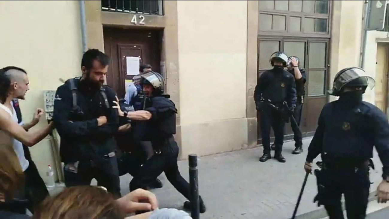 Tensión en Sants (Barcelona) por el desalojo de dos pisos ocupados