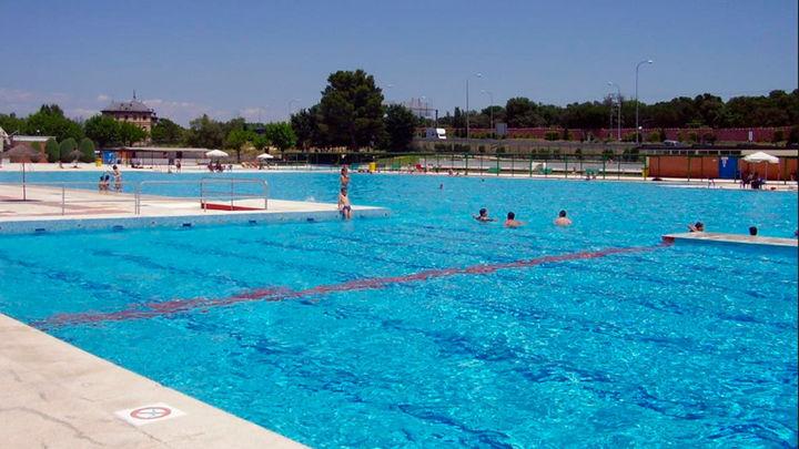 ¿Debe permitirse el topless en las piscinas municipales?
