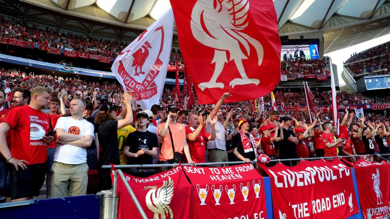 Calor y cánticos, en la fiesta del fútbol europeo