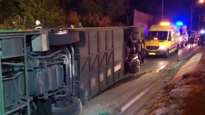 Heridas 20 personas al volcar un autobús en la salida de A-1 en Alcobendas