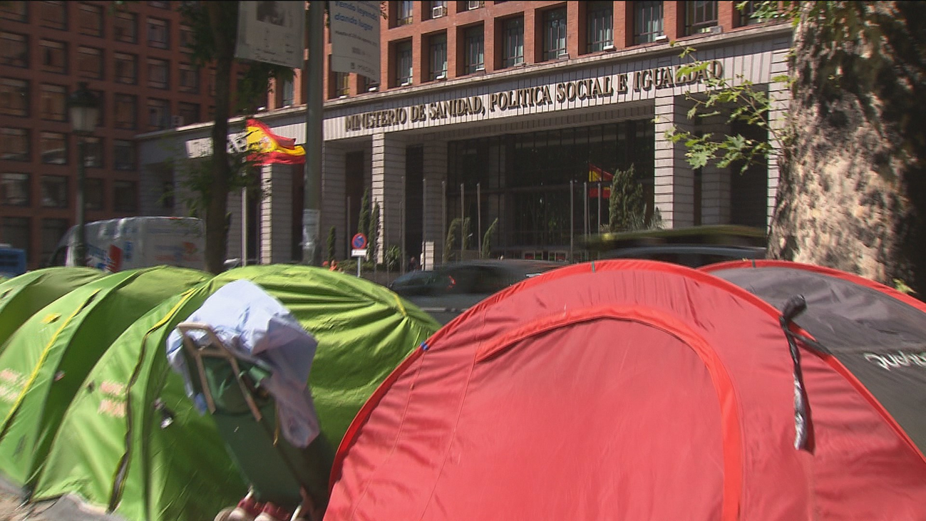 Mes y medio de acampada de personas 'sin techo' frente al Ministerio de Sanidad