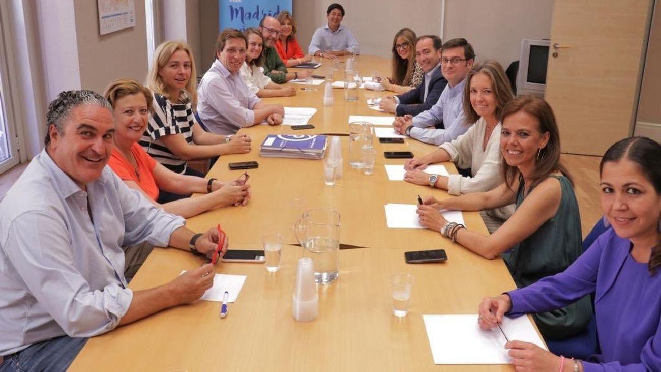 Imagen difundida por Martínez Almeida con el grupo de concejales electos del PP el 26-M