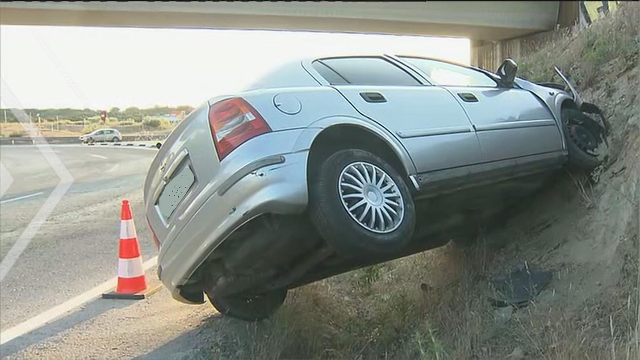 Un coche lleva varios días empotrado a un talud de tierra en la rotonda de Ciudad de la Imagen