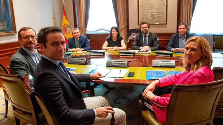 Principio de acuerdo entre PP y Vox para Ayuntamientos donde suman sin apoyos