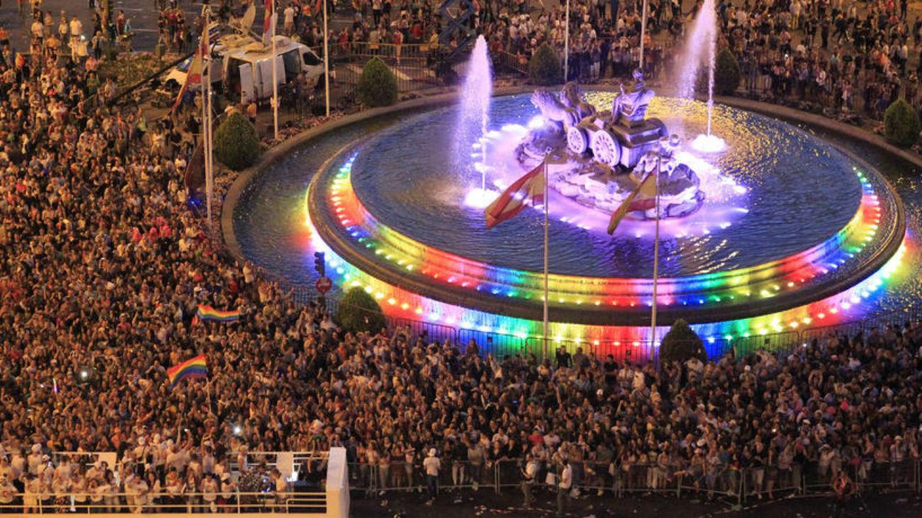Los colores del arco iris en la fuente de Cibeles durante la manifestación del Orgullo LGTB 2018